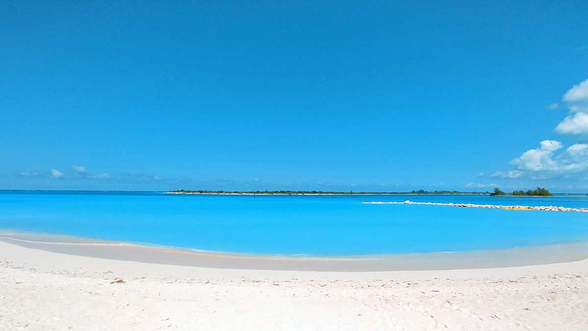 Der Emerald Beach am Nordende der Hauptinsel Providenciales mit Blick auf Little Water Cay