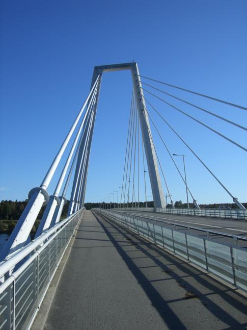 Die Brücke am Kolbäcksvägen auf dem Weg vom Flughafen in die Altstadt