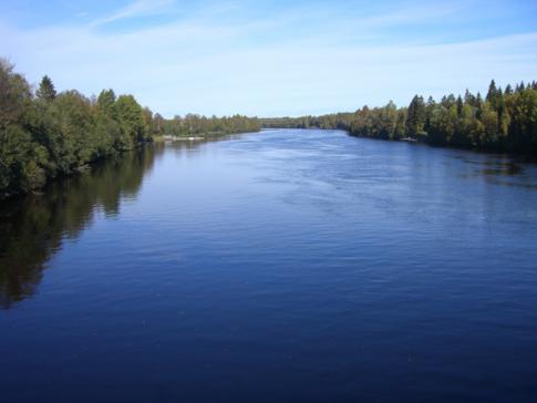 Wunderschöner Blick auf den Ume River, den Umea durchlaufenden Fluss