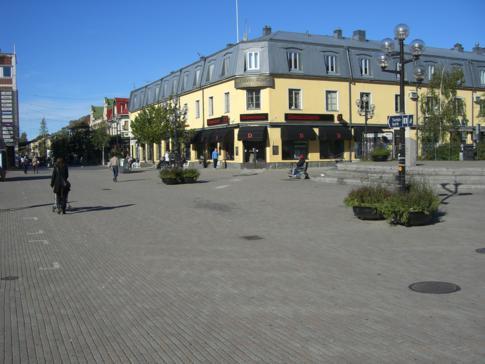 Die Kungsgatan in der Altstadt von Umea als zentrale Fußgängerzone