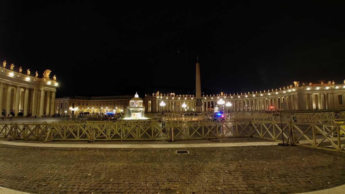 Der Petersplatz im Vatikan bei Nacht