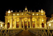 Der Petersplatz und der Petersdom im Vatikan bei Nacht