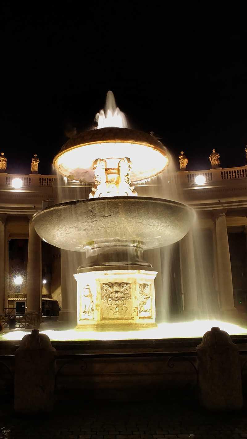 Der Brunnen am Petersplatz, der zentrale Platz in Vatikanstadt