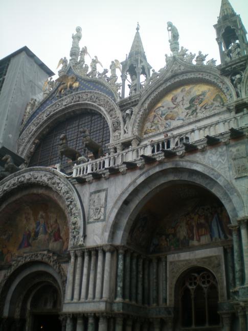 Die Basilika San Marco befindet sich direkt am Markusplatz.