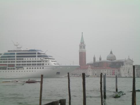 Die Azamara Quest bei ihrer Einfahrt in Venedig