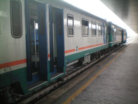 Ein Regionalzug am Hauptbahnhof von Venedig, Venezia Santa Lucia