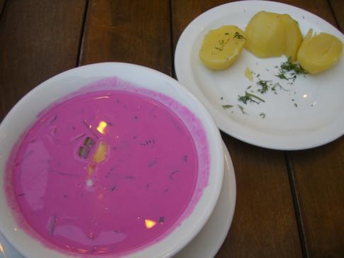 Rote-Beete-Suppe und Kartoffeln, eines der Nationalgerichte von Litauen