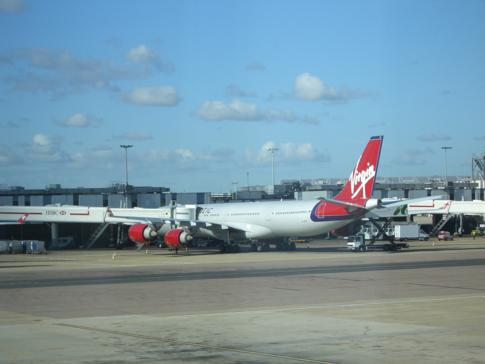 Eine Maschine von Virgin Atlantic in London-Gatwick