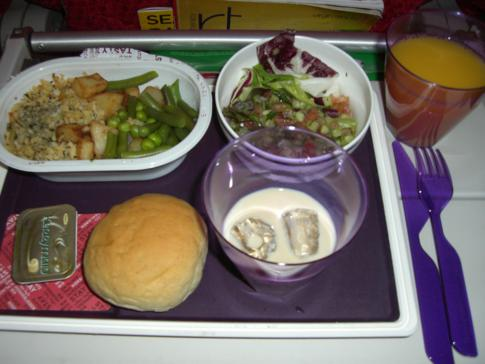 Mahlzeit auf einem Transatlantikflug bei Virgin Atlantic in der Economy Class