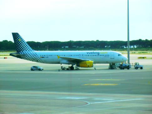 Eine Maschine von Vueling am Flughafen in Barcelona