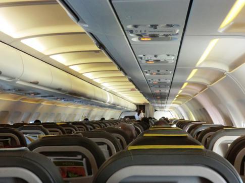 Die Innenausstattung eines klassischen Vueling-Airbus
