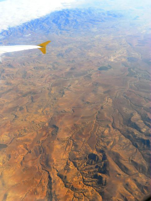 Blick auf marokkanisches Land auf dem Flug mit Vueling von Nador nach Barcelona