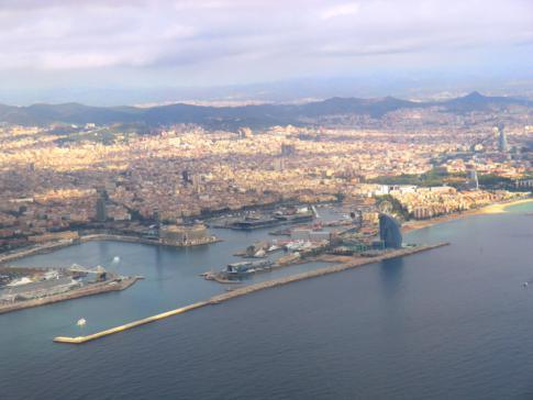 Blick auf Barcelona während des Landeanflugs mit Vueling