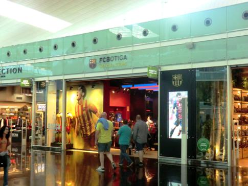 Umsteigen am El Prat Airport in Barcelona - hier ein Fanshop des FC Barcelona