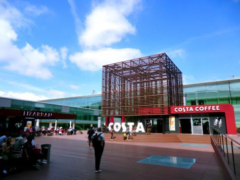 Umsteigen am El Prat Airport in Barcelona - hier eine tolle Außenlounge