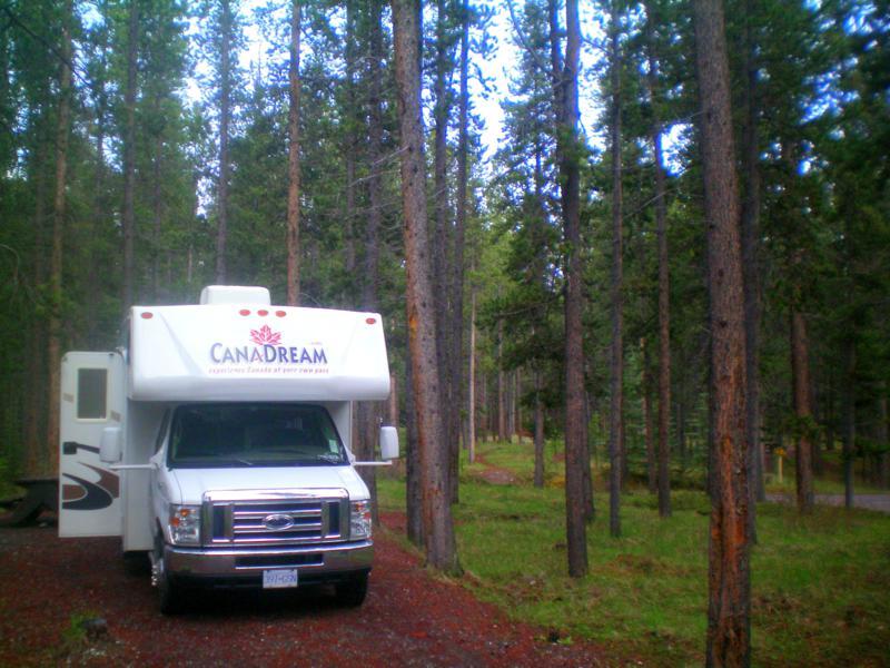 Ein Wohnmobil von CanaDream auf einem Campground in British Columbia