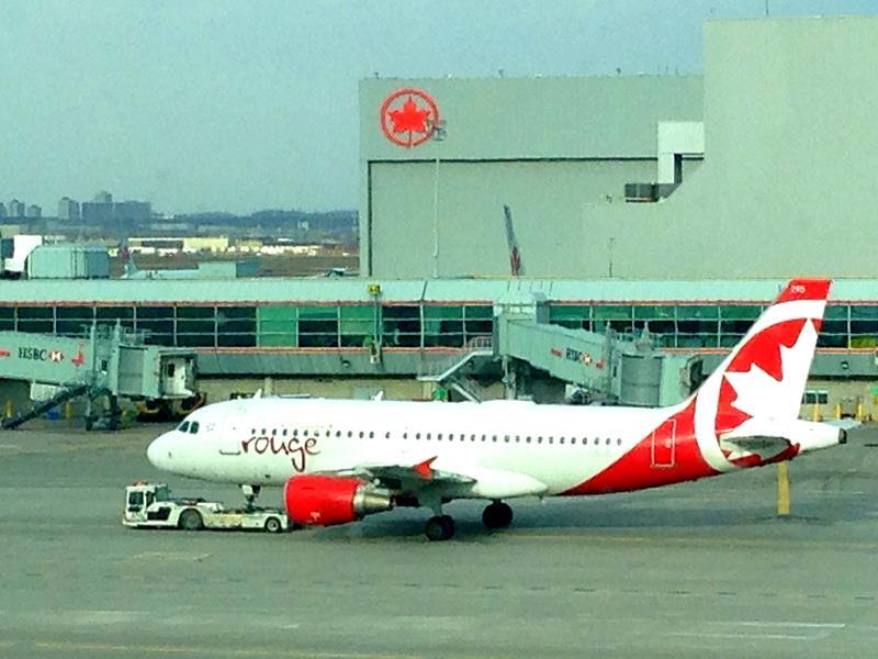 Ein Flugzeug von Air Canada Rouge am Flughafen von Toronto