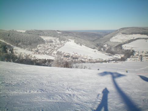 Blick auf den Hang am Ettelsberg im Skigebiet Willingen