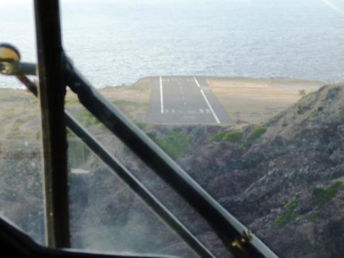 Der Landeanflug auf die kleinste Landebahn der Welt am Juancho Yrausquin Airport in Saba