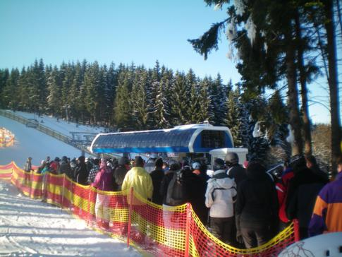 Anstehen an der Brembergkopfbahn im Skigebiet Winterberg