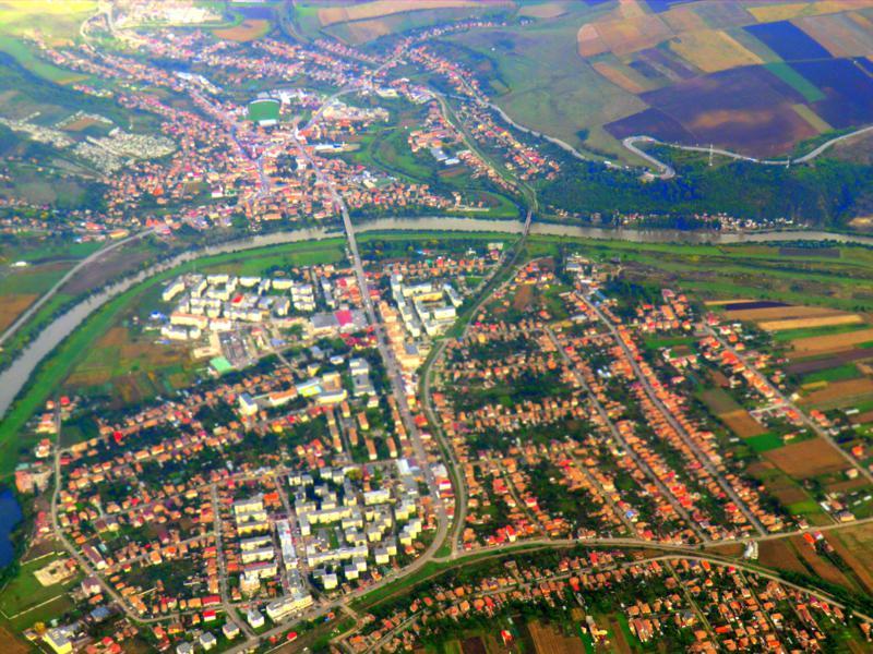 Ausblick auf das kleine Städtchen Tudus in Transsilvanien während des Fluges mit Wizz Air