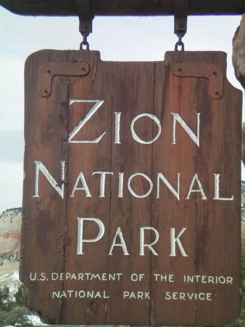 Das Willkommensschild am Osteingang des Zion Canyon National Park
